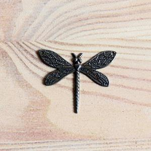Fém szitakötő, mérete: 2,7x3,6 cm