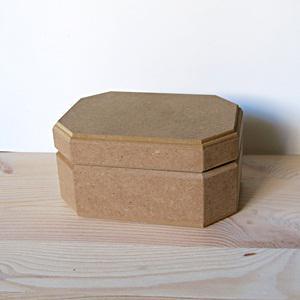 Hosszúkás hatszögletű doboz, mérete: 13,5x9,5x6,5