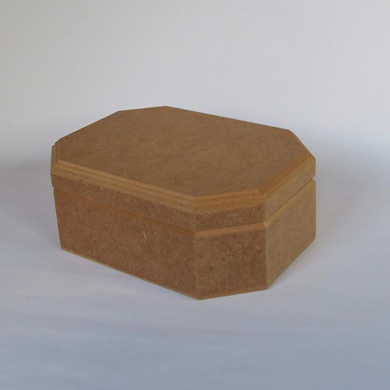 Hosszúkás hatszögletű doboz, mérete: 175x125x7 mm