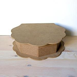 Hullámos tetejű doboz, mérete: 22x8x6 cm