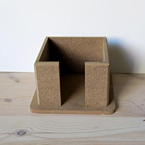 Jegyzettömb tartó, mérete: 10x10x7 cm