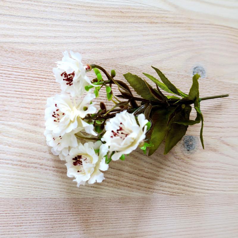 Krém színű apró virág, 5 virág/cs. Virág mérete: 25mm, hossza: 12 cm (teljes hossza: 16 cm)