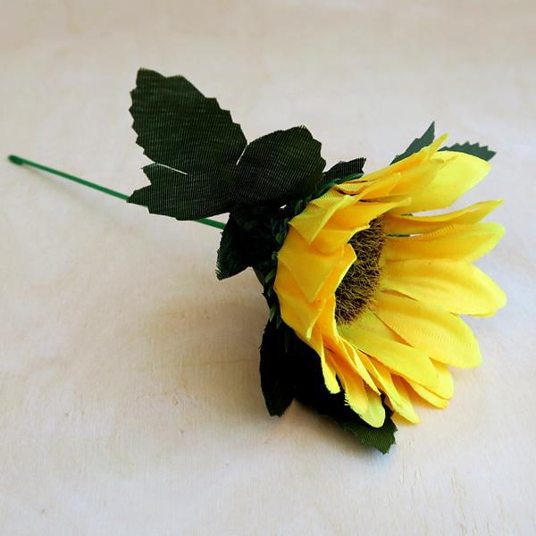 Napraforgó, selyemvirág. Virág átmérője: kb. 7 cm, teljes hossza: 19 cm.