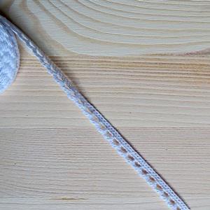 Pamutcsipke fehér, szélessége: 8 mm. Az ár EGY méterre vonatkozik!