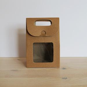 Papírdoboz natúr, ablakos. Mérete: 10x6x14,5 cm