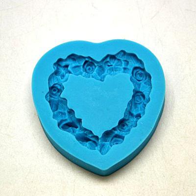 Szilikon formázó, szív alakú rózsakoszorú. Mérete: 70x72 mm