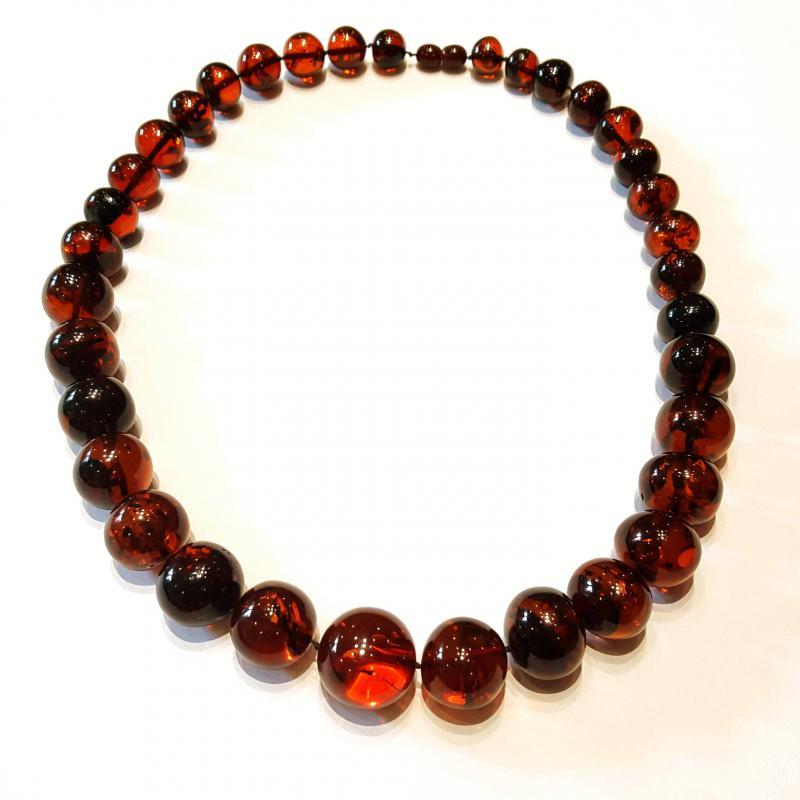 Borostyán nyakék gyöngysor sötét színű barokk csiszolású kövekből litván 424